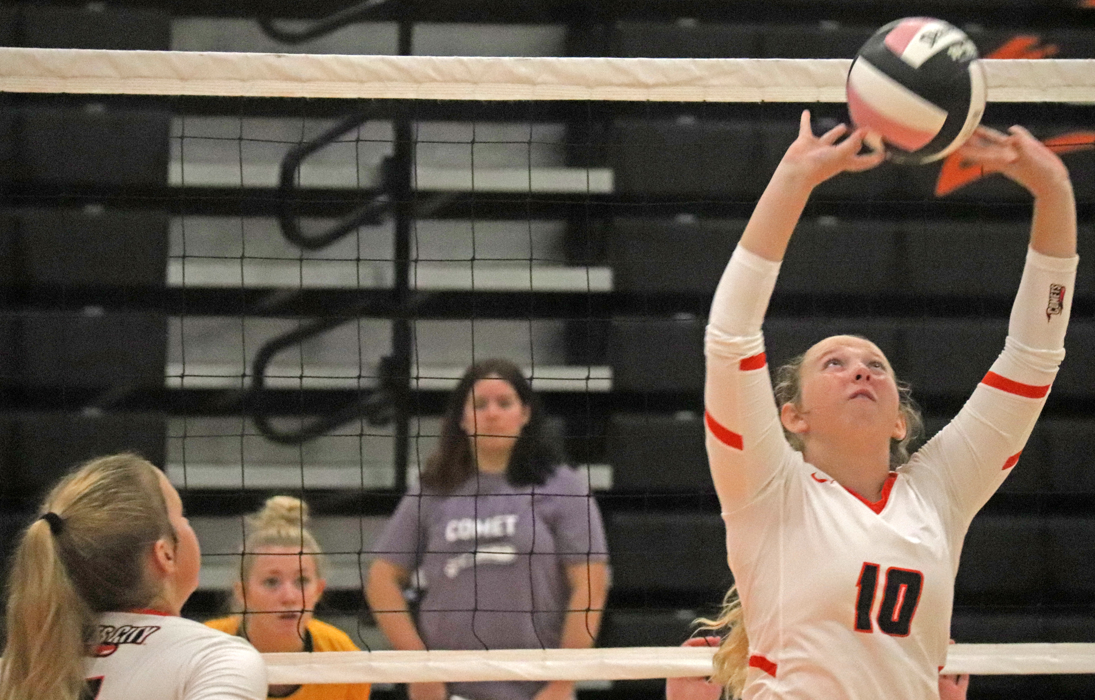 Comets go 1-2 while hosting volleyball invitational
